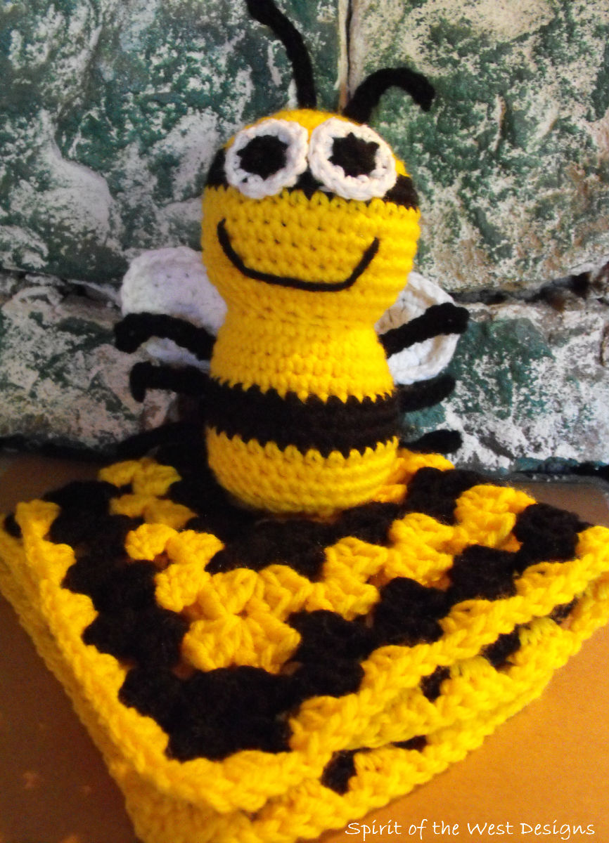 Make your own little crocheted bee with this free amigurumi ... | 1200x866